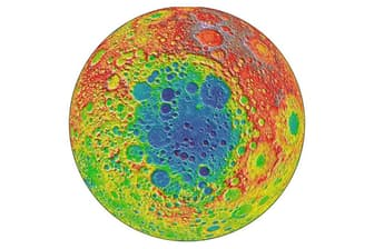 NASAのルナー・リコネサンス・オービターが撮影した月の画像。月の裏側が無数のくぼみで覆われているのがわかる。中央の青い部分は、月の南極エイトケン盆地。直径約2500キロで、太陽系で知られている限り最古かつ最大の衝突クレーターだ(PHOTOGRAPH BY NASA/GODDARD)