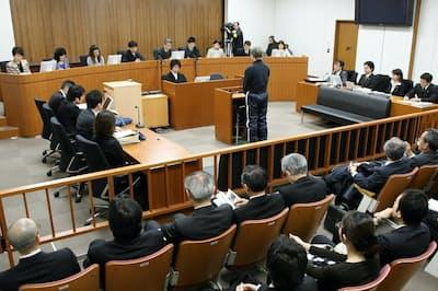 裁判員裁判では裁判官3人と裁判員6人が参加する(東京地裁での模擬裁判)