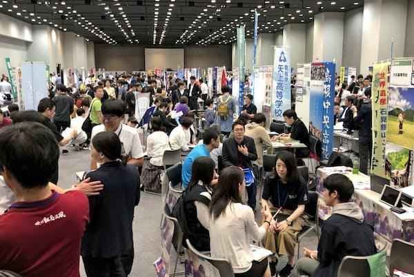「地域みらい留学フェスタ」には多くの中学生や保護者が訪れた(東京・渋谷)