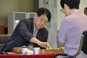 中国の●(くさかんむりに内)廼偉九段と対戦した小林光一名誉棋聖(6月、韓国新安郡)