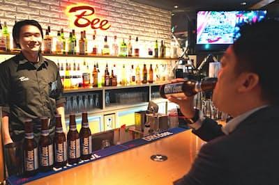アサヒビールは小瓶で飲む「ザ・クール」の営業に力を入れる(東京・中央)