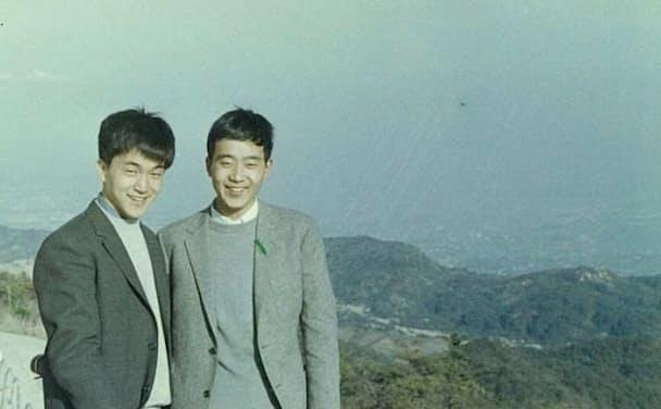 若き日の地主道夫さん(右)と小田和正さん