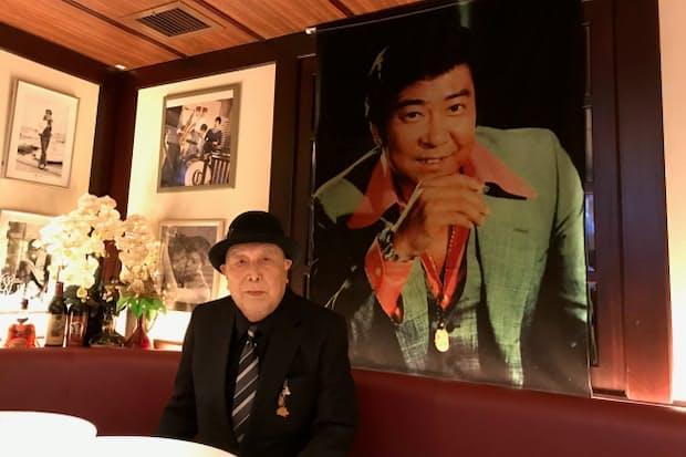 「31年間私服から衣装まですべてを作りました。なぜか僕を気に入ってくださったんですよね」と話す遠藤千寿さん。石原裕次郎さんをテーマにしたカフェバー「Yu's Bar 銀座店」で思いを語った(東京都中央区)