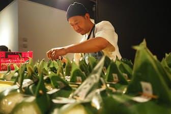 日本米とスペイン米でつくったおむすびを準備する(東京都千代田区)