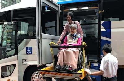 車いすのまま乗り降りできるバスで移動=エイチ・アイ・エス提供