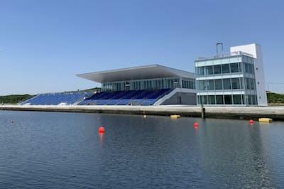 「海の森水上競技場」は観客席の屋根を半分に縮小して予算を抑えた(東京臨海部)