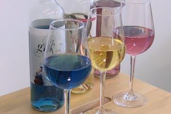 日本茶をベースにした黄色いワインや、ピンク色のワインも開発した
