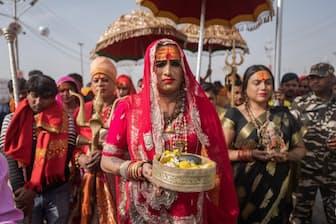 2019年のクンブ・メーラで、行列を率いるトランスジェンダーの活動家、ラクシュミー・ナラヤン・トリパティーさん。クンブ・メーラはインド最大の宗教祭典であり、世界で最も多くの人が集まる行事だ(Photograph by Ismail Ferdous)