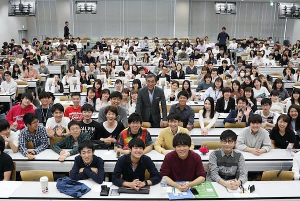 大教室で学生に囲まれる沢田社長