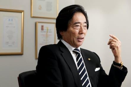 子どものころ父が靴磨きをしているのをいつも見ていた。「『秀則、靴は大事だぞ』という父の言葉が頭にあって私も毎日靴磨きをします」と話すフォーシーズ会長兼CEOの浅野秀則さん(東京都港区のフォーシーズ本社)