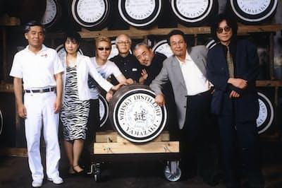 山崎蒸溜所を訪れた大沢在昌さん(右から2人目)らと