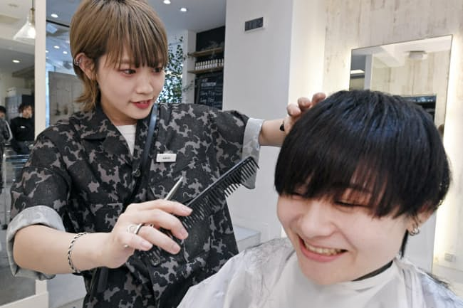飛田さんをカットするKAHOさん(東京都渋谷区のヘアサロンブリーントウキョウ)