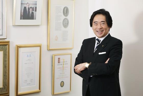 浅野秀則会長兼CEOの仕事でのスタイルはいつもスーツ、白シャツ、ネクタイ。スーツは黒に近い濃紺と決め、数十着を持つ(東京都港区のフォーシーズ本社)