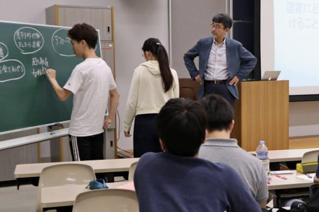 「国際人権法」の授業では学生が問題の解決策をまとめ議論する(6月、明治学院大横浜キャンパス)