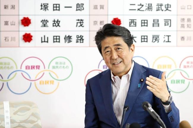 安倍首相は憲法改正に強い意欲を示している(2019年7月21日、自民党本部)=共同