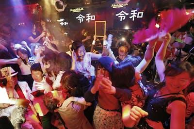 新元号・令和を祝いマハラジャで盛り上がる人たち(5月1日午前0時、東京・六本木)=共同