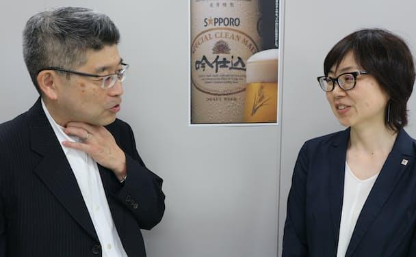 当時の同僚と「吟仕込」発売を振り返る著者(左)