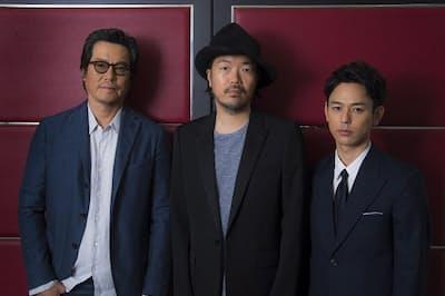 主演の妻夫木聡さん(右)と豊川悦司さん(左)、半野喜弘監督