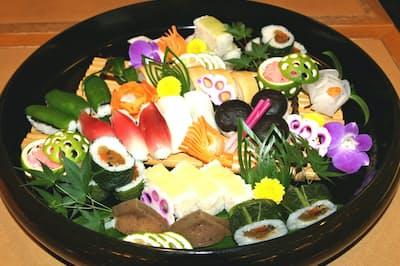ミョウガ、コンニャク、ピーマンなど8種類を詰めた宴会用の田舎寿司(高知市の七福)