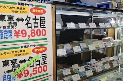 金券店の陳列棚にはさまざまなチケットが並ぶ