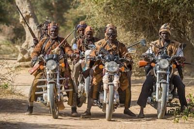 マリ中部の伝統的な狩人が結成した自衛団がオートバイで集合した。イスラム武装勢力から村を守るため組織しているが、フラニ族の人々を無差別に殺しているとの非難も受けている(PHOTOGRAPH BY PASCAL MAITRE)