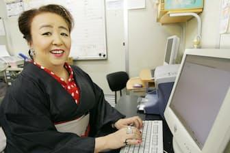 自宅兼仕事場でパソコンに向かい原稿を書く栗本(2004年)