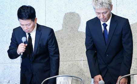 記者会見で頭を下げる「雨上がり決死隊」の宮迫博之さん(左)と「ロンドンブーツ1号2号」の田村亮さん(7月20日、東京都港区)