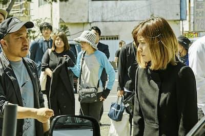 (左から)演出する白石和彌監督、松岡茉優(茨城県神栖市)(C)2019「ひとよ」製作委員会