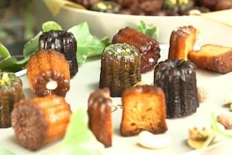 外側がガリッとした歯ごたえになるまで焼く。味はプレーン、ショコラ、抹茶など