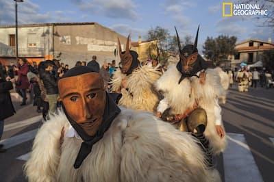 イタリアのサルディーニャ島にあるオッターナ村で謝肉祭が開かれ、仮面を着けた村人が練り歩く。人間が動物の主人であることを示すこうした風習は、牧畜が始まった時代から受け継がれてきた(PHOTOGRAPH BY Andrew Curry)