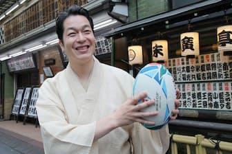 身長183センチメートル。「ラグビーやりたいなと思うんです。ただ、けがをすると仕事に障るので…」(2019年7月、東京都新宿区の「末広亭」前)