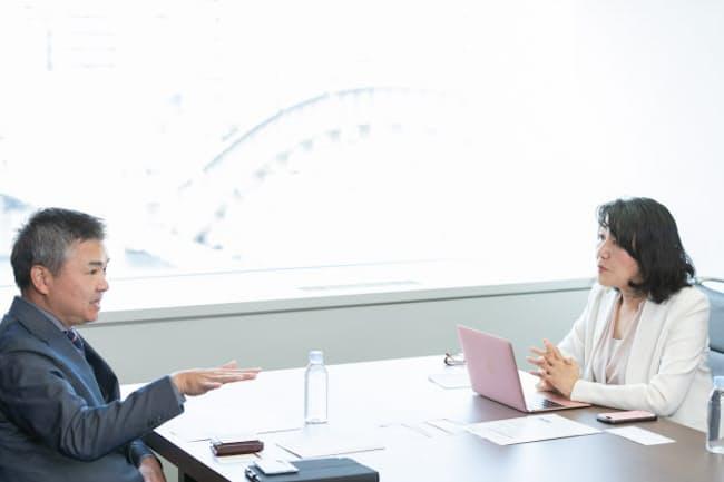 (左)清水淳氏。1989年4月にリクルート(現リクルートホールディングス)に入社、2013年4月リクルートコミュニケーションズ社長に就任。18年7月にリクルート執行役員に就任と同時にリクルートテクノロジーズ社長も兼務(右)白河桃子さん(写真:吉村永、以下同)
