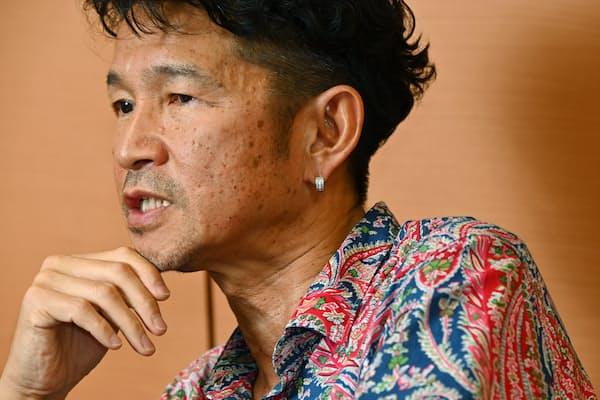 「僕が着る服には生徒の価値観が反映されています」と話す西谷昇二さん(東京都渋谷区の代々木ゼミナール本部校代ゼミタワー)