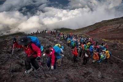 毎年夏になると数十万人が富士山に登る(PHOTOGRAPH BY DAVID GUTTENFELDER, NATIONAL GEOGRAPHIC)