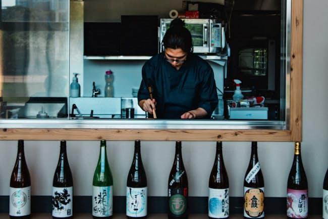店舗では日本酒を楽しめ、調理の様子も見ることができる