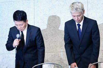 記者会見で頭を下げる「雨上がり決死隊」の宮迫博之さん(左)と「ロンドンブーツ1号2号」の田村亮さん