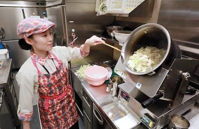 具材を自動で炒める機械の導入で、鍋を振る作業が不要になった(東京都大田区のリンガーハット・イトーヨーカドー大森店)