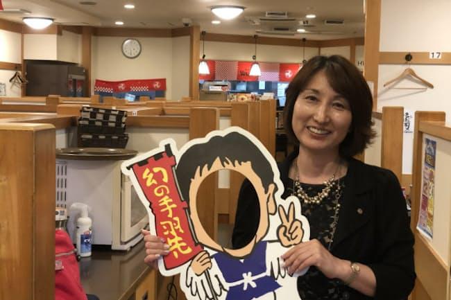 山本久美エスワイフード社長が手に持つ、シンボル的キャラクター「鳥男」は亡くなった会長がモデル