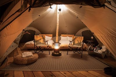 テントルーム内部。キャンプを満喫しながら、快適さも確保した作り(写真提供:八方尾根開発)