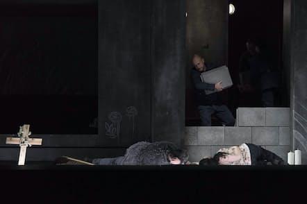 新国立劇場、カタリーナ・ワーグナー演出の「フィデリオ」。フロレスタン(ステファン・グールド=手前左)とレオノーレ(リカルダ・メルベート=手前右)を刺殺後、石を積み上げて閉じ込めるドン・ピツァロ(ミヒャエル・クプファー=ラデツキー)撮影=寺司正彦、提供=新国立劇場