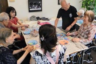 沼口医院の「カフェ・デ・モンク」では入居者と臨床宗教師らが一緒になってパステル画制作などを楽しむ(岐阜県大垣市)
