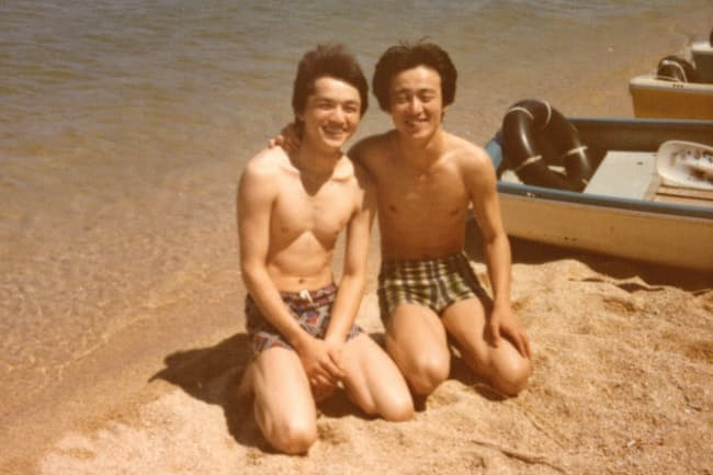 大学時代の友人と写る石川氏(右)