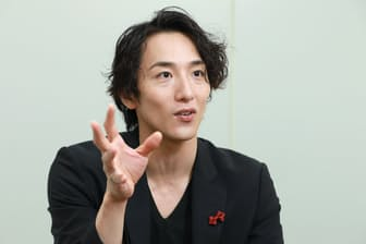 1988年神奈川県生まれ。17歳でプロダンサーとしてデビュー。2013年にダンス公演「ドリアン・グレイ」主演。俳優としても活動。現在、フジ系ドラマ「ルパンの娘」に出演中。