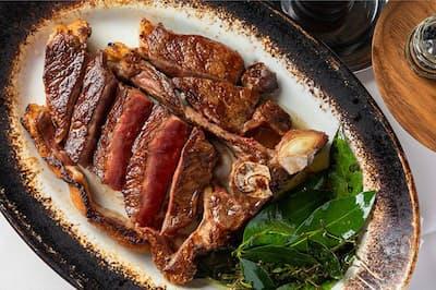 熟成させた骨付きのTボーンステーキのほか、骨付きサーロインやリブロース、フィレ肉も美味。(NikkeiLUXEより)