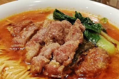 閉店した渋谷の名店の味を引き継ぐ「Renge no Gotoku(レンゲ ノ ゴトク)」の「排骨(パイクー)担々麺」(980円・税込み)。排骨はオーダーが入ってから揚げる
