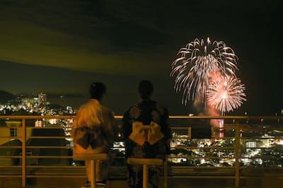 「星野リゾート リゾナーレ熱海」は年間を通じて開催される熱海海上花火大会が全室から見られるほか、浴衣姿でのディナーなども含む花火大会特別鑑賞プランもある