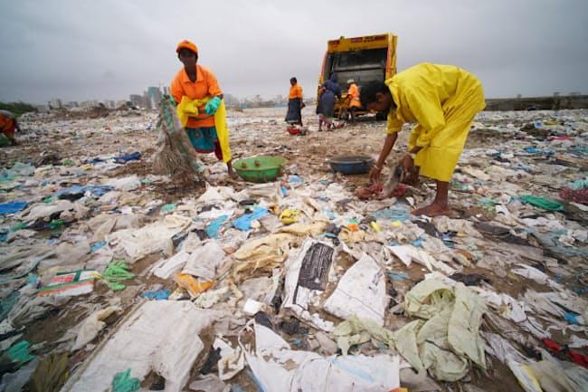 海岸に打ち上げられたビニールなどのプラスチックごみ(ムンバイ近郊)