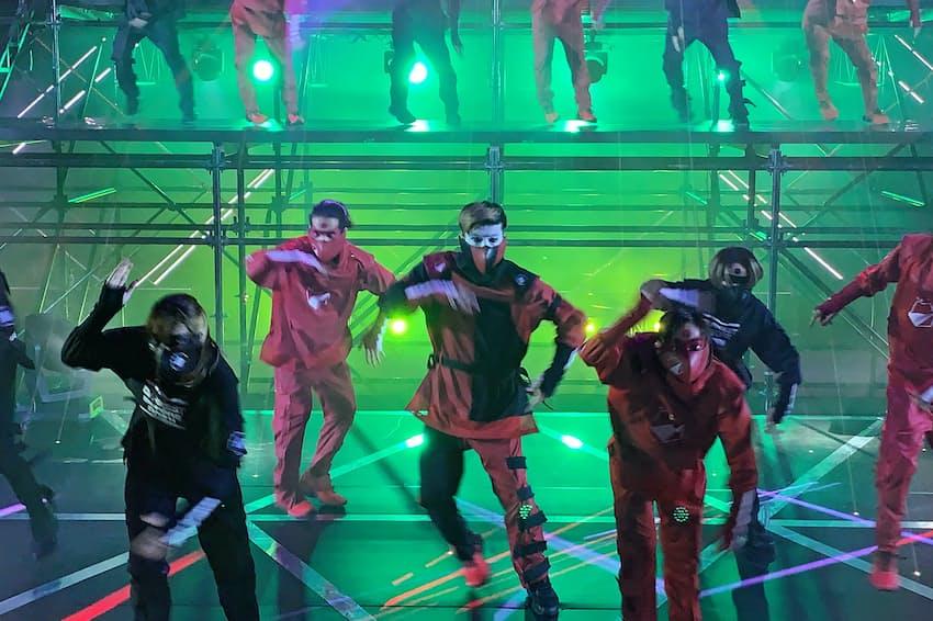 「忍者エンタテインメントショー」の4幕では、数十人のダンサーたちが忍者の動きと現代のダンスを融合したパフォーマンスを行った