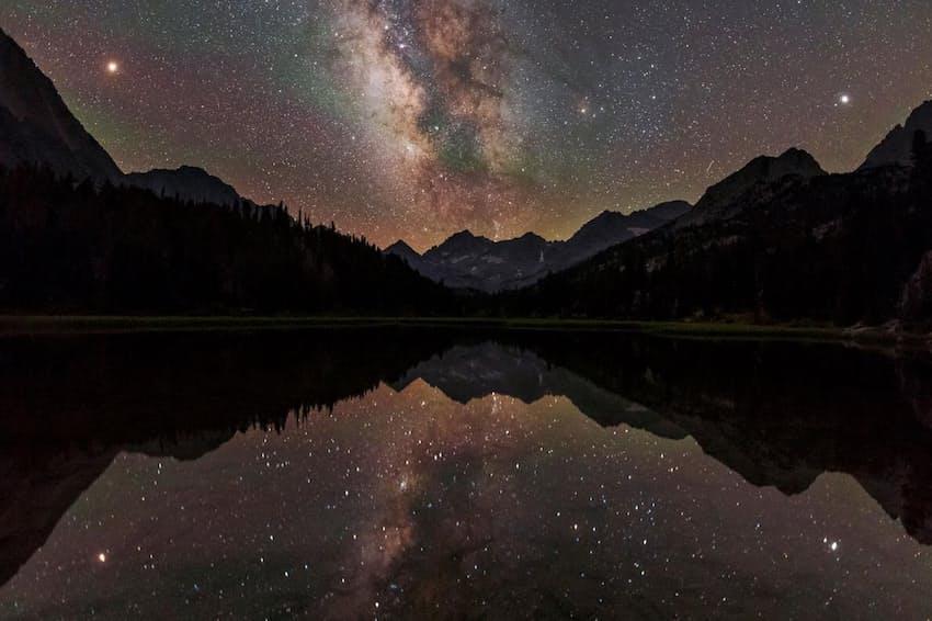 カリフォルニアの山間の湖の上空に広がる天の川。銀河系の渦状腕の1つの中にいる私たちからは、ディスクの内側の密度の高い部分は星々の帯のように見えるが、銀河系の全体像を把握するのは難しい(PHOTOGRAPH BY BABAK TAFRESHI, NAT GEO IMAGE COLLECTION)