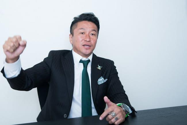 「高校時代の経験のおかげで、些細なことではめげなくなった」と話す元サッカー日本代表の岡野雅行さん